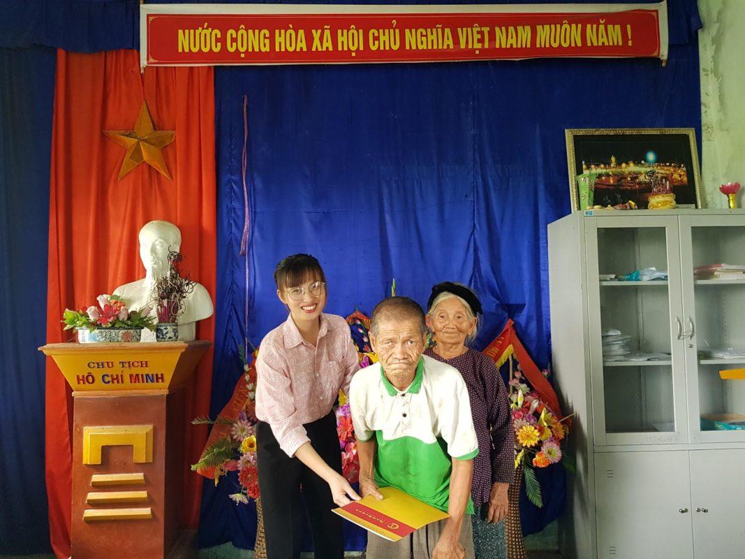 Cụ Nguyễn Thị Hảo và con trai xúc động nhận món quà ý nghĩa từ Tập đoàn Nam Cường